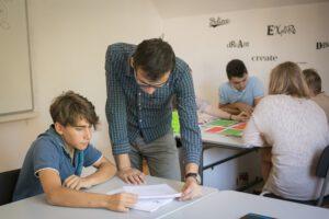 Приемът след 7. клас изгражда учебни навици и езикови компетенции.