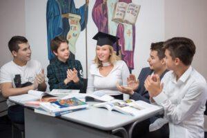 Приетите след 8. клас ученици се явяват на изпити със 100% външно оценяване в края на учебната година.