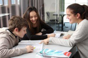 Подготвителната година в частната гимназия в София представлява преход към английската образователна система.